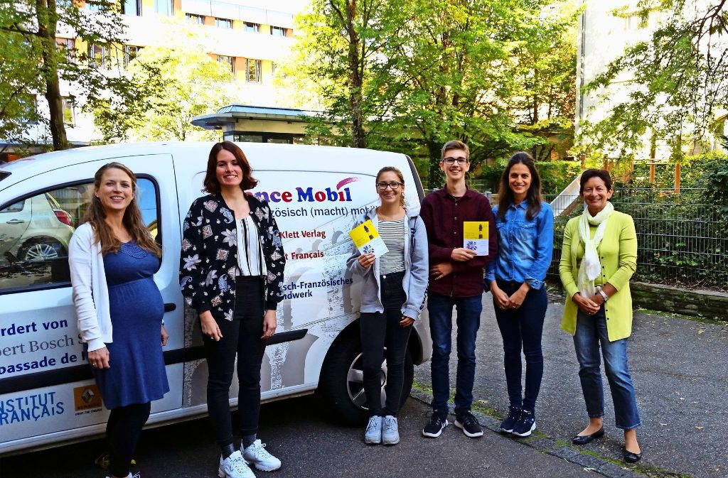 Teilnehmer und Initiatoren des Wirtschaftsgymnasiums West an der Rotebühlstraße präsentieren das France Mobil. Foto: Simon Find