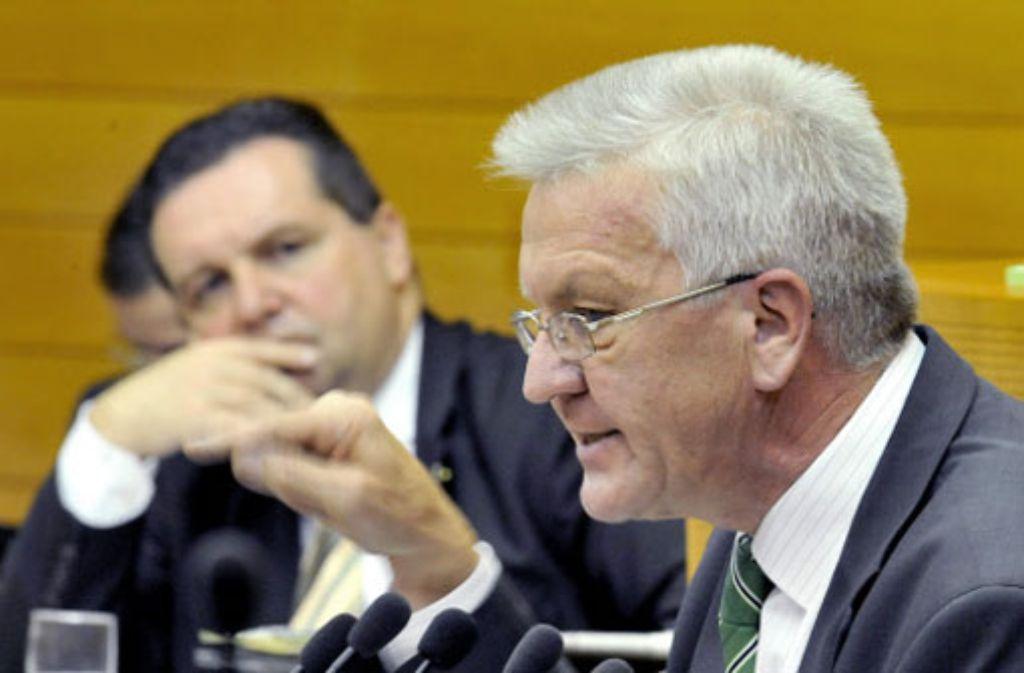Ihre Parteien polarisieren in Baden-Württemberg: Winfried Kretschmann von den Grünen (rechts) und Ministerpräsident Stefan Mappus (CDU) in Hintergrund. Foto: dpa