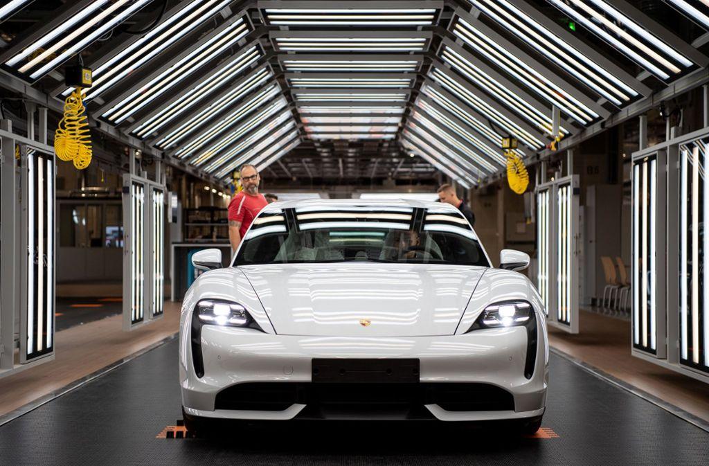 Der neue Porsche Taycan bei der Produktion. Foto: dpa/Sebastian Gollnow