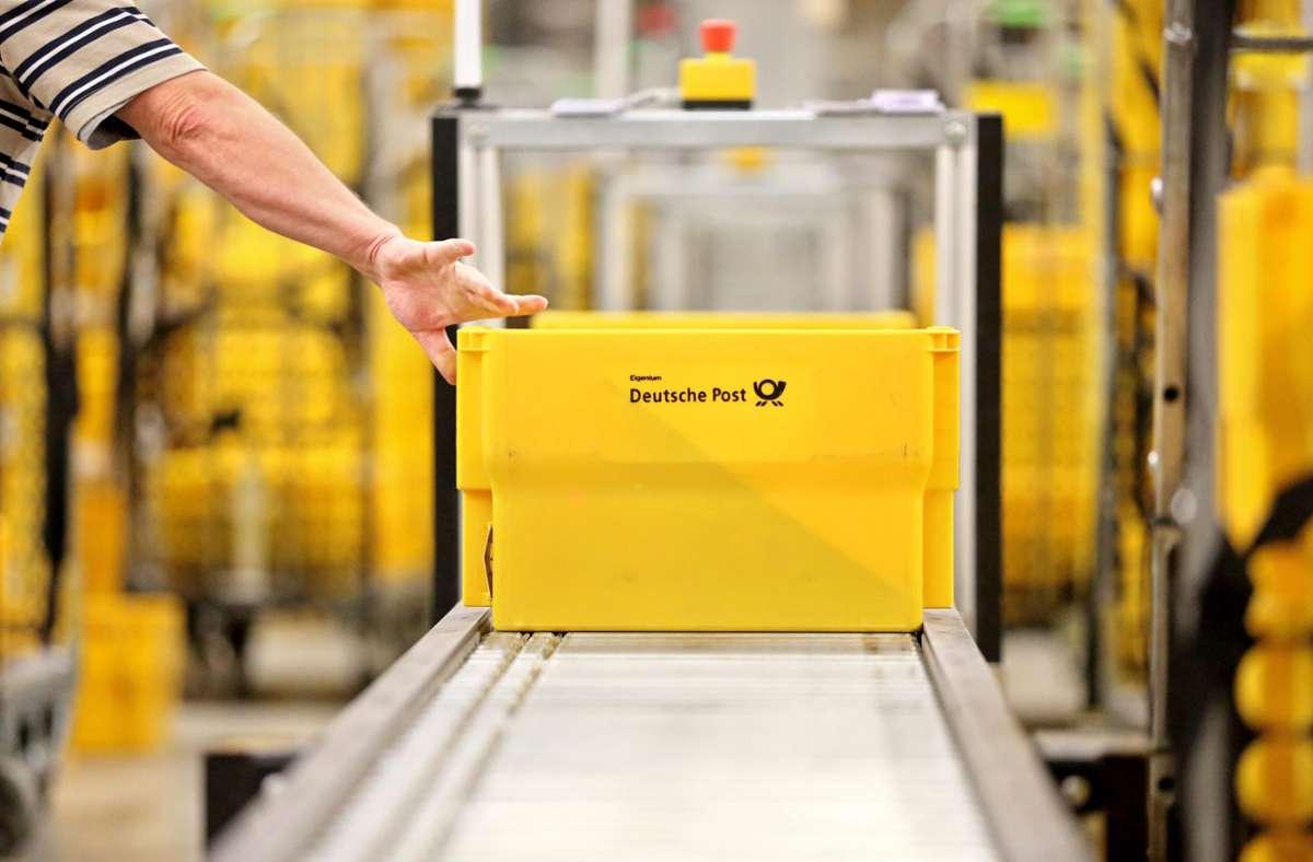 Das Foto zeigt eine Kiste mit Briefen aus dem Briefzentrum in Leipzig. Die Deutsche Post will CO2 einsparen. Dazu sollen mehr Pakete mit dem Zug transportiert werden. (Archivbild) Foto: dpa/Jan Woitas