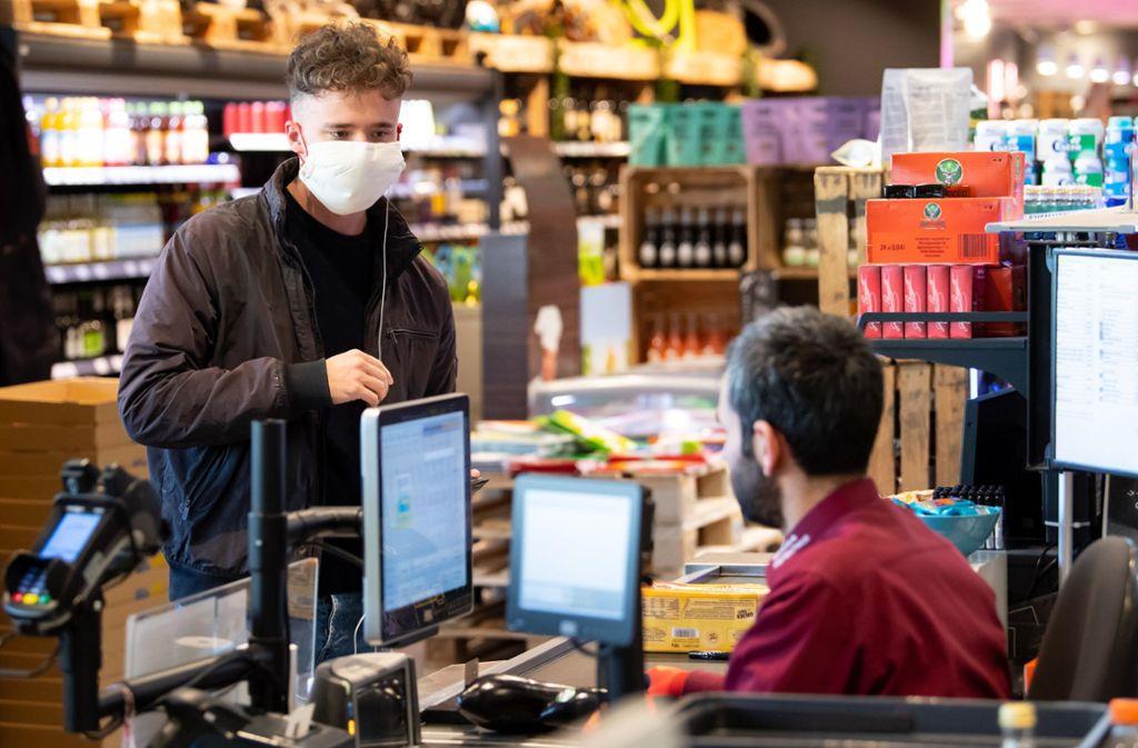 Am wenigsten gibt es im Einzelhandel zu verdienen, wo über alle Leistungsgruppen hinweg im Schnitt nur 2345 Euro gezahlt werden. Foto: dpa/Sven Hoppe