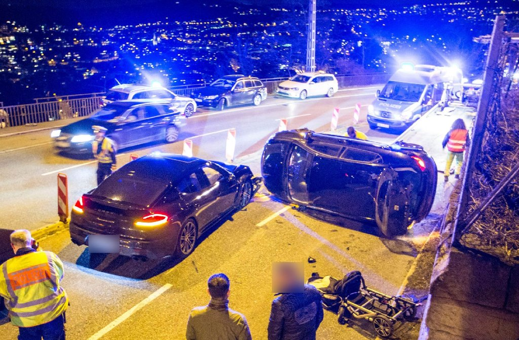 Bei dem Unfall auf der Neuen Weinsteige ist ein Seat auf die Seite gekippt. Foto: www.7aktuell.de/Simon Adomat