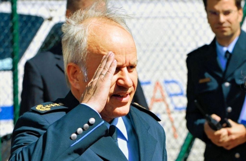 Matthias Seeger beim Salut für die Kanzlerin, jetzt soll der Polizeichef gehen. Foto: dapd, dpa