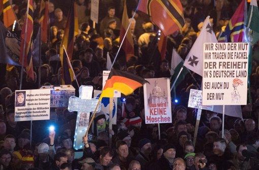 Jeden Montag versammeln sich Tausende in Dresden auf Pegida-Kundgebungen, um gegen die großzügige Aufnahme von Flüchtlingen in Deutschland zu demonstrieren. Foto: dpa
