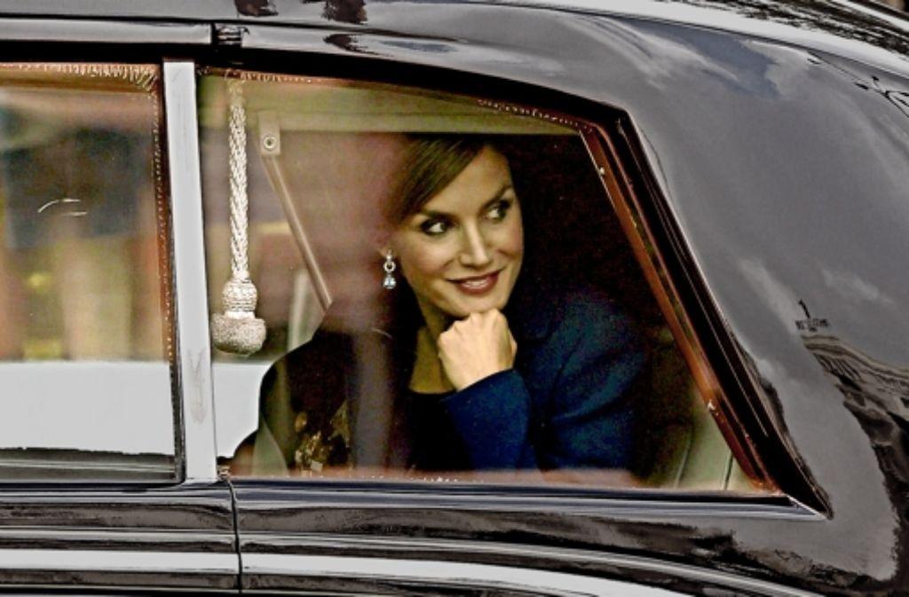 Königin Letizia lächelt hinter Autoglas der Presse zu. Foto: dpa
