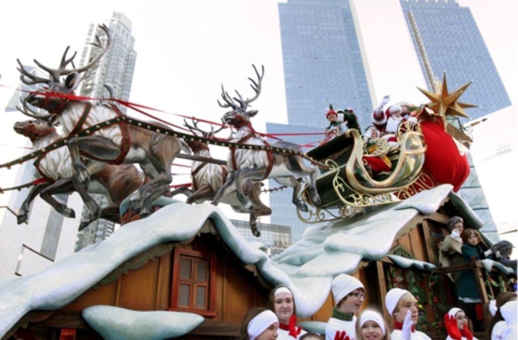 Nicht nur in New York freut man sich über Santa Claus, auch in Kalifornien ist er ein gern gesehener Gast. Foto: AP