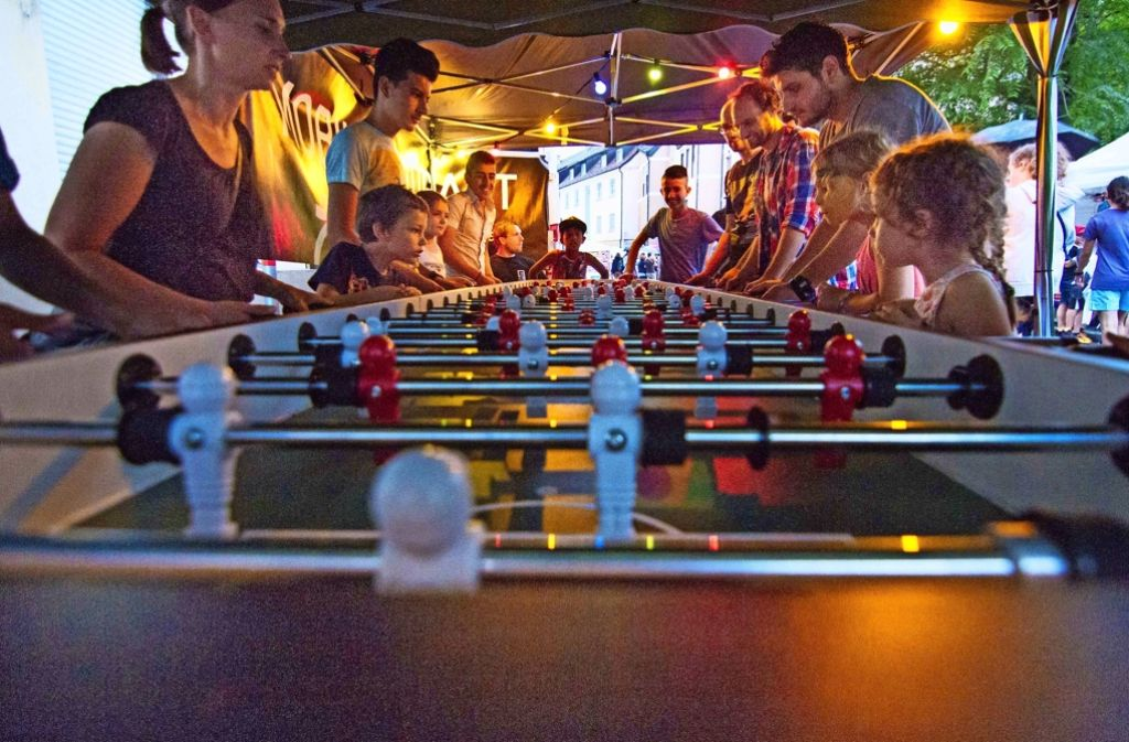 Der Riesen-Tischkicker der Mobilen Jugendarbeit Ost war ständig dicht umlagert von Fußballfans. Foto: Lichtgut/Julian Rettig