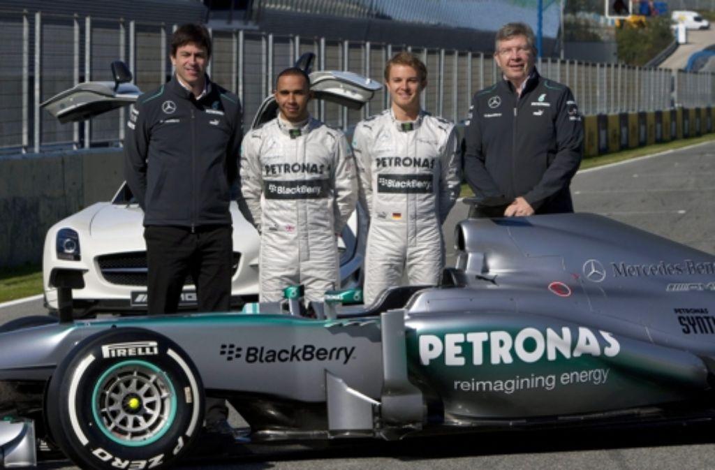 Toto Wolff, Lewis Hamilton, Nico Rosberg und Ross Brawn präsentieren den neuen Silberpfeil. Foto: dpa