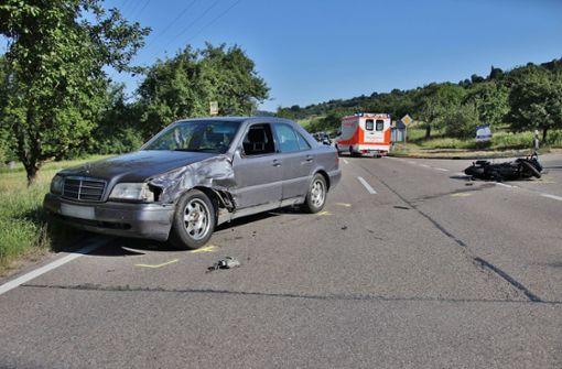 Motorradfahrerin wird über Auto geschleudert und schwer verletzt
