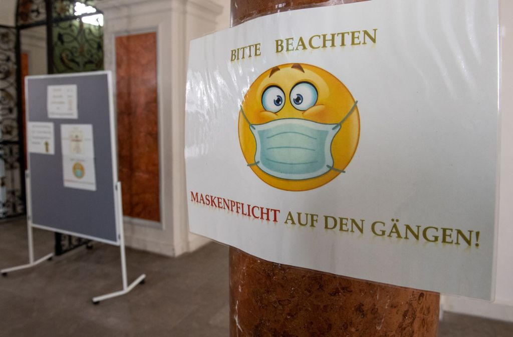 Auch in Schulen müssen weiterhin Masken getragen werden. Foto: dpa/Peter Kneffel
