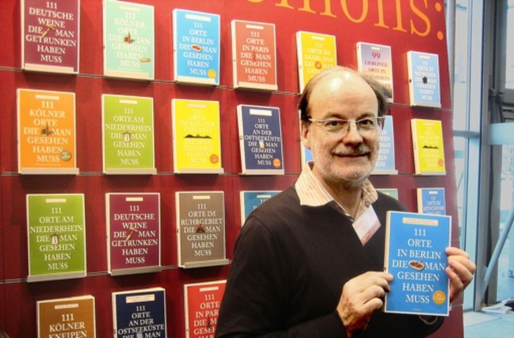 Der Verlagsgründer Hejo Emons mit seinem Bestseller über Berlin. Foto: