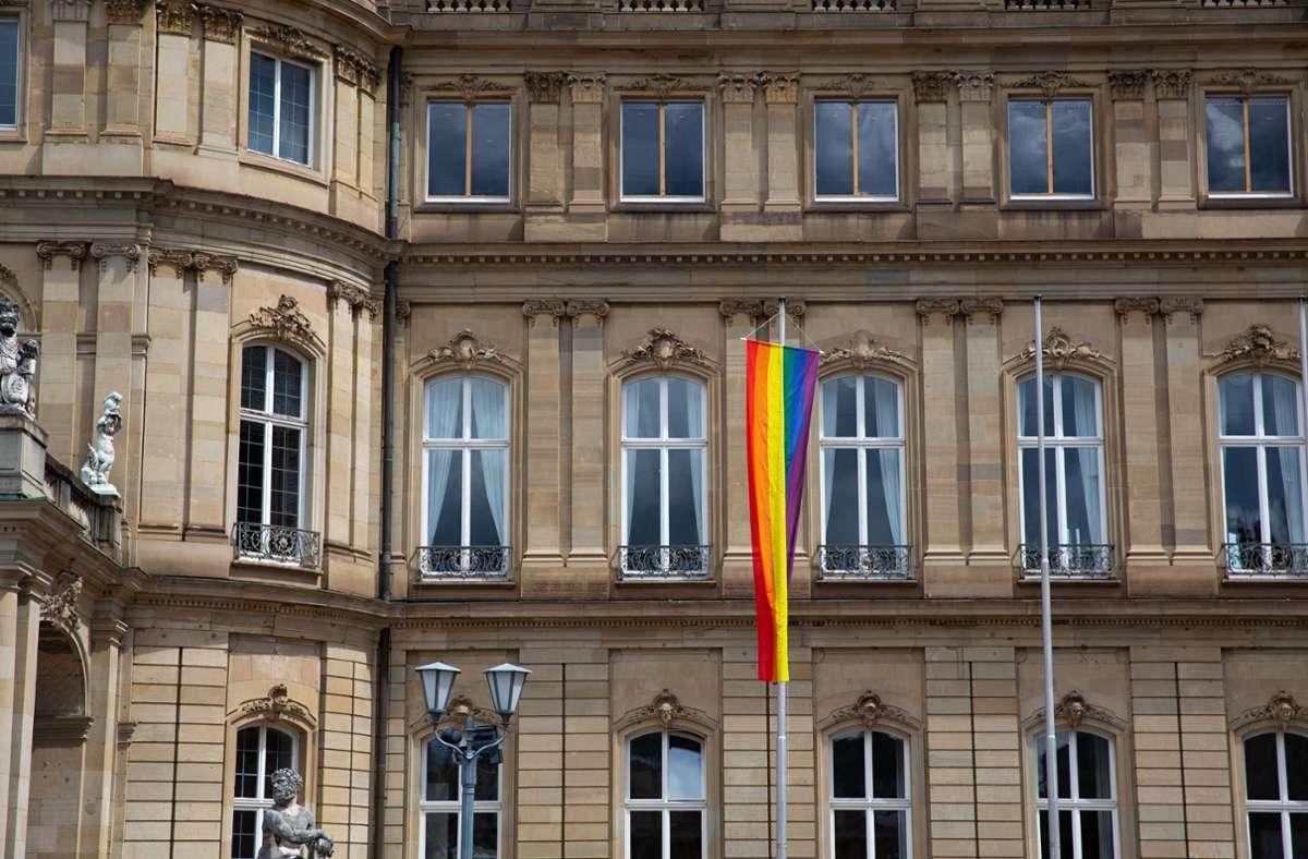 Ministerpräsident Winfried Kretschmann (Grüne) ließ eine Regenbogenfahne am Neuen Schloss hissen – ein Seitenhieb auf OB Frank Nopper (CDU), der dies für das Stuttgarter Rathaus ablehnt. Foto: Lichtgut/Leif Piechowski