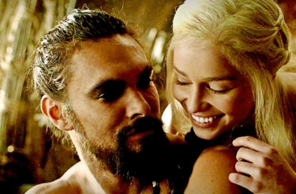 """Liebesgeflüster auf Dothrakisch: Drogo und Daenerys (Jason Momoa, Emilia Clarke) in derFantasyserie """"Game of Thrones"""" Foto: RTL2"""