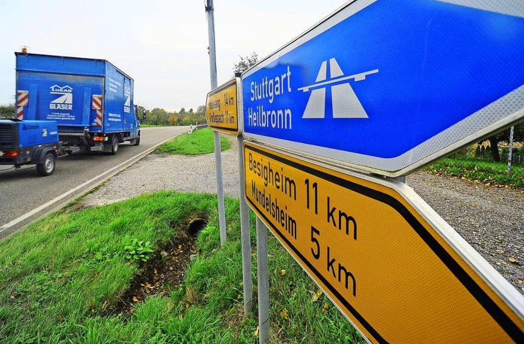 Die Landesstraße 1115 gilt mit bis zu rund 25000 Fahrzeugen täglich als stark befahren. Der Ausbau auf drei Spuren ist seit Jahrzehnten ein Thema. Foto: