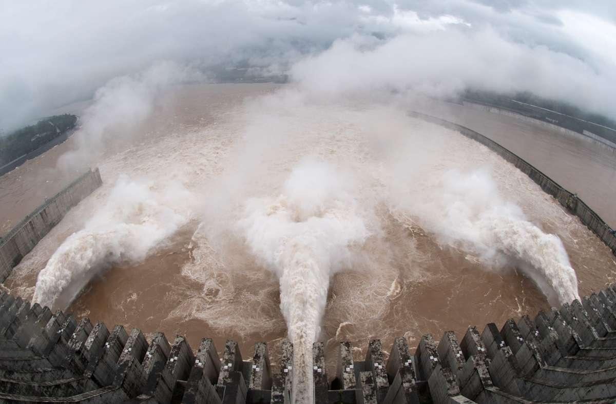 Der Drei-Schluchten-Staudamm in der zentralchinesischen Provinz Hubei öffnet seine Schleusentore, um das Hochwasser des Jangtse-Flusses abzuleiten. Foto: Zheng Jiayu/XinHua/dpa
