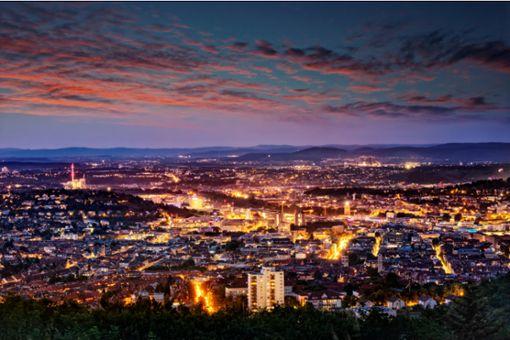 Stuttgart in der Dämmerung - Doch wann wird es ganz dunkel?