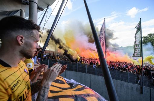 Verstoß gegen Corona-Abstandsregeln – 2000 Fans vor Stadion