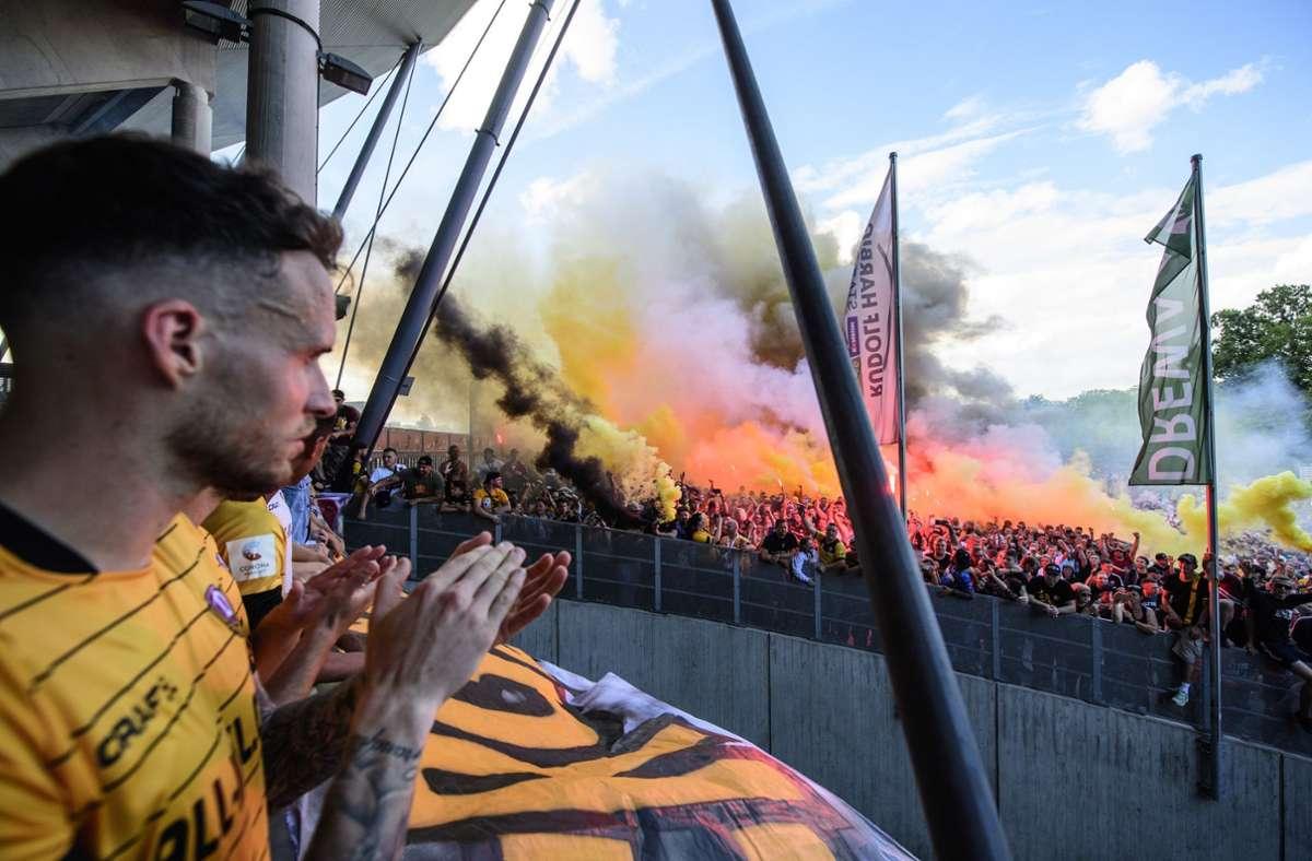 Zahlreiche Dynamo-Fans versammelten sich vor dem Stadion und besangen die Mannschaft. Foto: dpa/Robert Michael