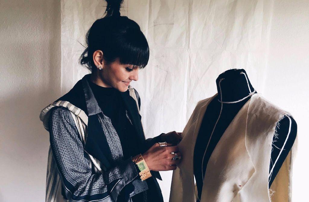Die Stuttgarter Designerin Corinna Houidi bei der Arbeit in ihrem Atelier. Foto: Tanja Simoncev