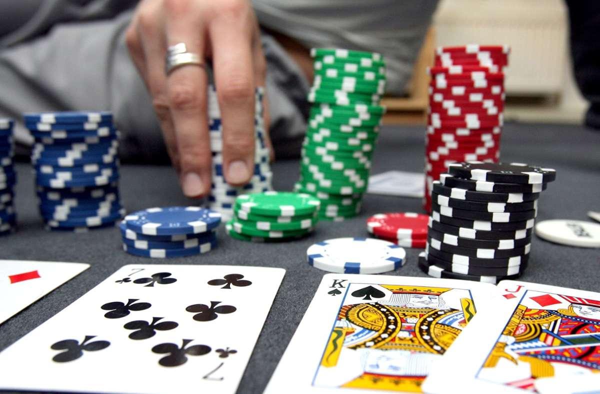 Die Polizei hat in einer Ludwigsburger Kneipe mehrere Männer beim illegalen Pokerspiel erwischt. Foto: dpa/Norbert Försterling
