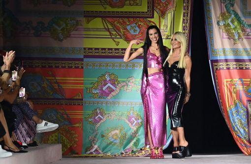 Prominente Models bei Versace in Mailand auf dem Laufsteg