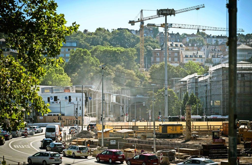 Das Portal der Rettungszufahrt der Bahn ist neben dem Wagenburgtunnel. In der neuen Röhre wird Gestein gesprengt, das aber erst im Freien verladen wird – eine staubige Angelegenheit, über die sich die Anwohner sehr ärgern. Foto: Lichtgut/Achim Zweygarth