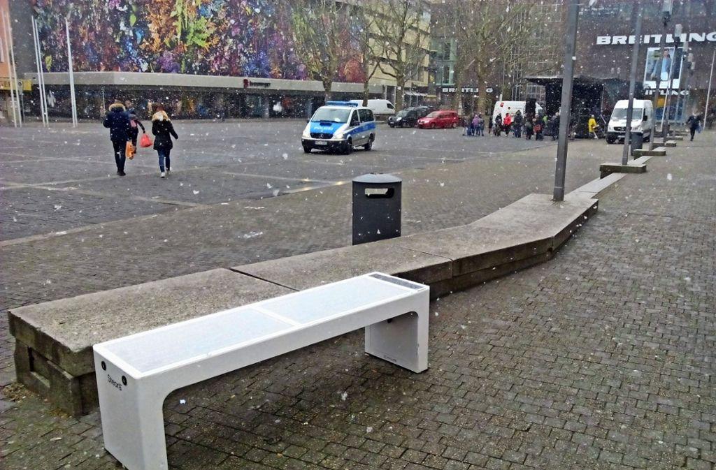 Eine Smart Bench stand bereits  während des letzten Wintereinbruchs im März 2018 zur Probe vor dem Rathaus. Foto: Cedric Rehman