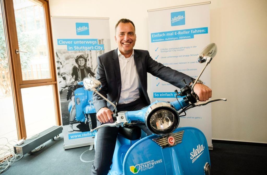 Stadtwerke-Geschäftsführer Olaf Kieser will mit dem E-Roller-Verleihsystem einen Beitrag zur Energiewende in der Landeshauptstadt leisten. Foto: Lichtgut/Leif Piechowski