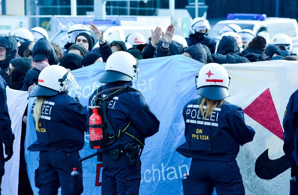Bei den Demonstrationen rund um den AfD-Parteitag in Stuttgart steigt die Zahl der Festgenommenen.  Foto: 7aktuell