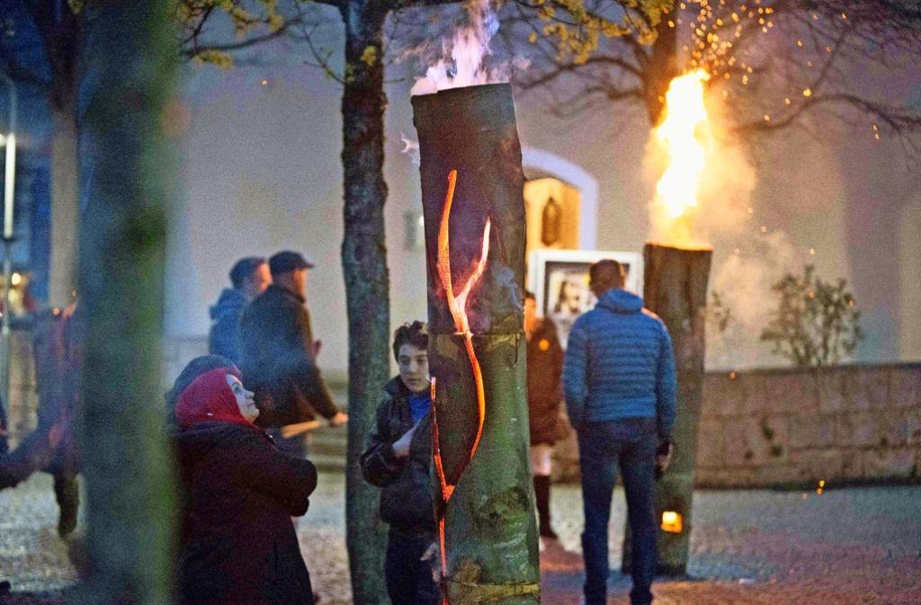 Brennende Baumstämme, Klezmermusik und allerlei  Malerei – in der Nacht zum Sonntag wurde  im Täle nahezu jeder Kulturgeschmack bedient Foto: Michael Steinert