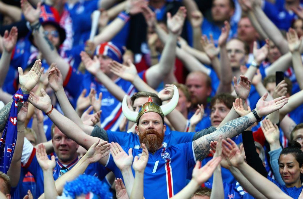 Beeindruckten mit ihren Emotionen und lauten Fangesängen bei der EM: Die isländischen Fans. Foto: Getty