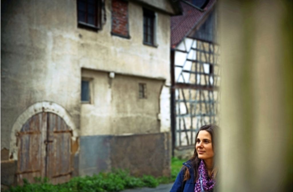 Melanie Lang vor einem Haus, das  mit Landesmitteln saniert werden könnte. Foto: Stoppel