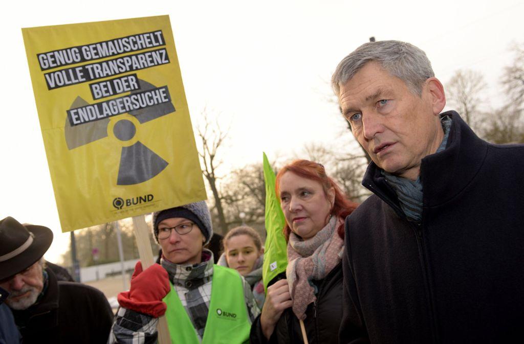 Wolfram König, Präsident des Bundesamtes für die Sicherheit der nuklearen Entsorgung und einige Demonstranten treten für maximale Transparenz ein. Foto: dpa/Stefan Puchner