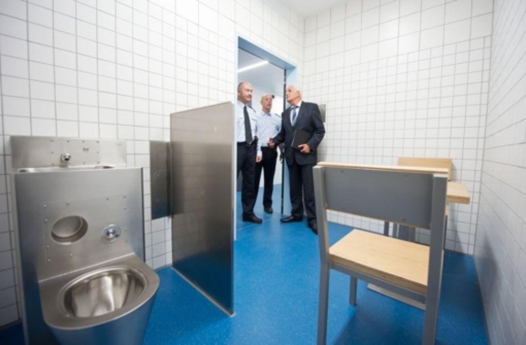 Der Justizminister inspiziert die neuen Räume im Gerichtsgebäude. Foto: Martin Stollberg