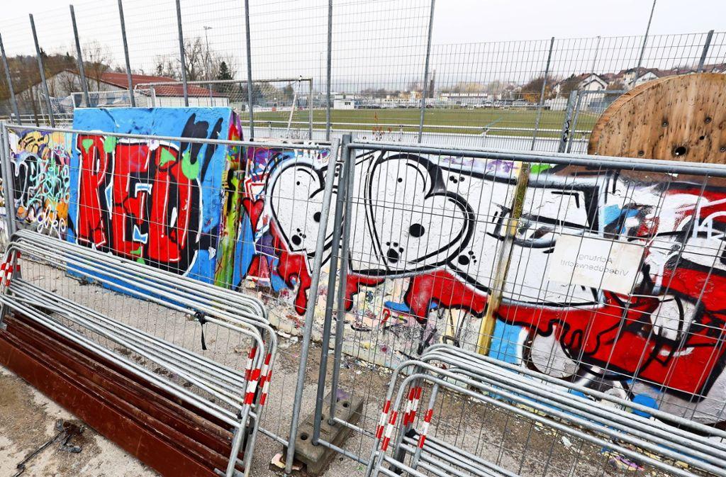 Neben dem Fußball-Platz entsteht der Jugendtreff. Die Graffiti-Wände werden umgestellt, um den Platz später einzugrenzen. Foto: factum/Simon Granville