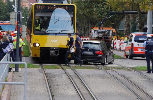 Autofahrer übersieht beim Wenden Stadtbahn