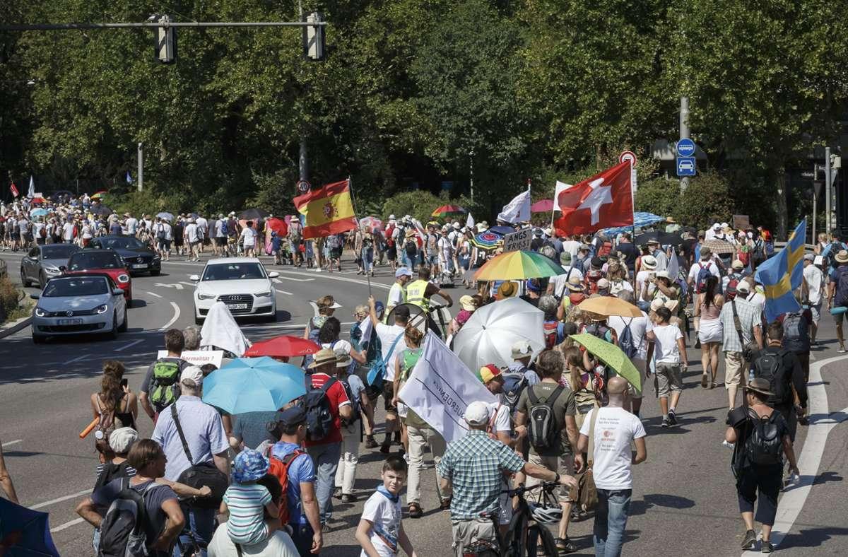 Die Demonstranten spazierten über die B14. Foto: Lichtgut