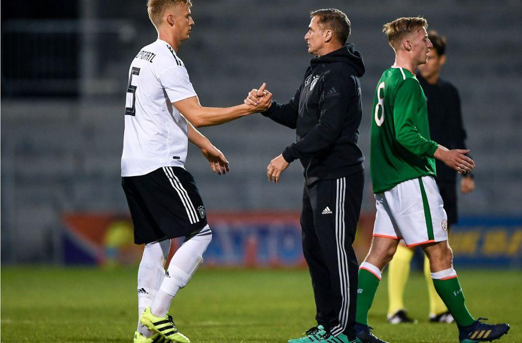 U21-Coach Stefan Kuntz (Mitte) ist mit Timo Baumgartl vom VfB Stuttgart zufrieden. Foto: Getty