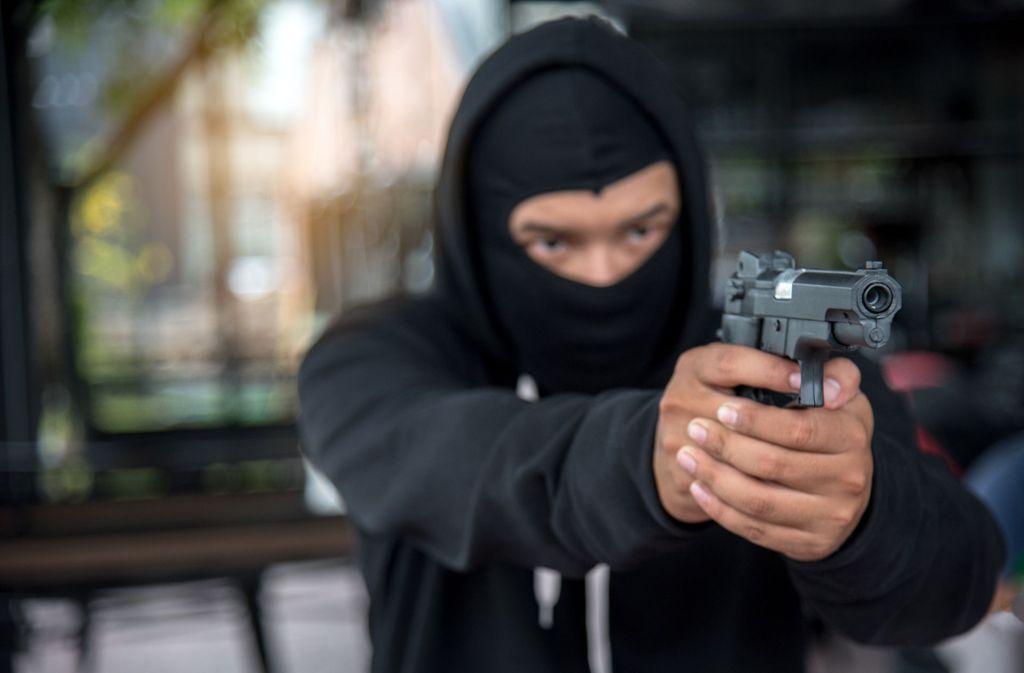 Zwei maskierte Bewaffnete haben am Samstagabend einen Supermarkt in Pfullingen überfallen. (Symbolbild) Foto: Shutterstock/Theeraphong
