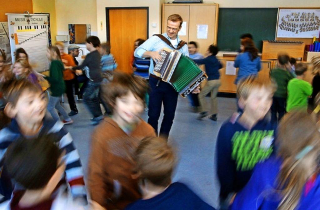 Wulf Wager bringt den Kindern mit viel Musik und Tanz Dialekt bei. Foto: factum