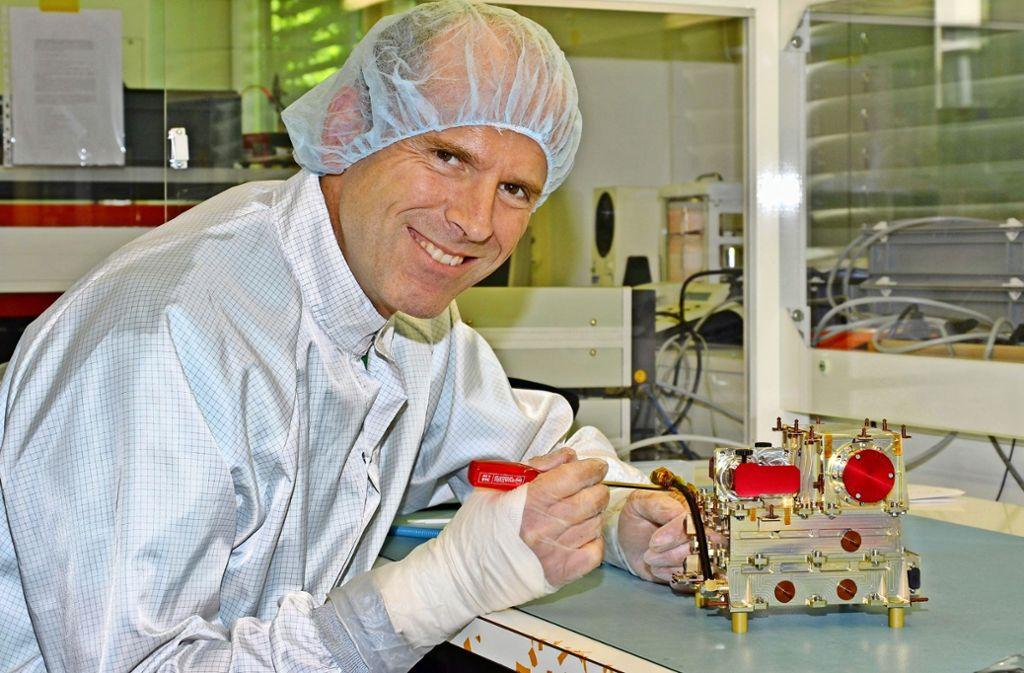 Robert Wimmer-Schweingruber bei der Arbeit am Qualifikationsmodell des Messinstrumentes für den Solar Orbiter der Europäischen Raumfahrtorganisation ESA. Foto: Jürgen Haacks/Universität Kiel