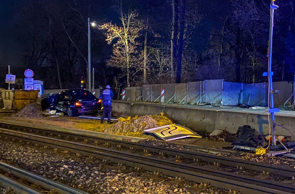 Erheblich vom Weg abgekommen: Ein BMW fährt sich auf der Pragstraße in einer Baustelle fest. Foto: 7aktuell.de/Simon Adomat