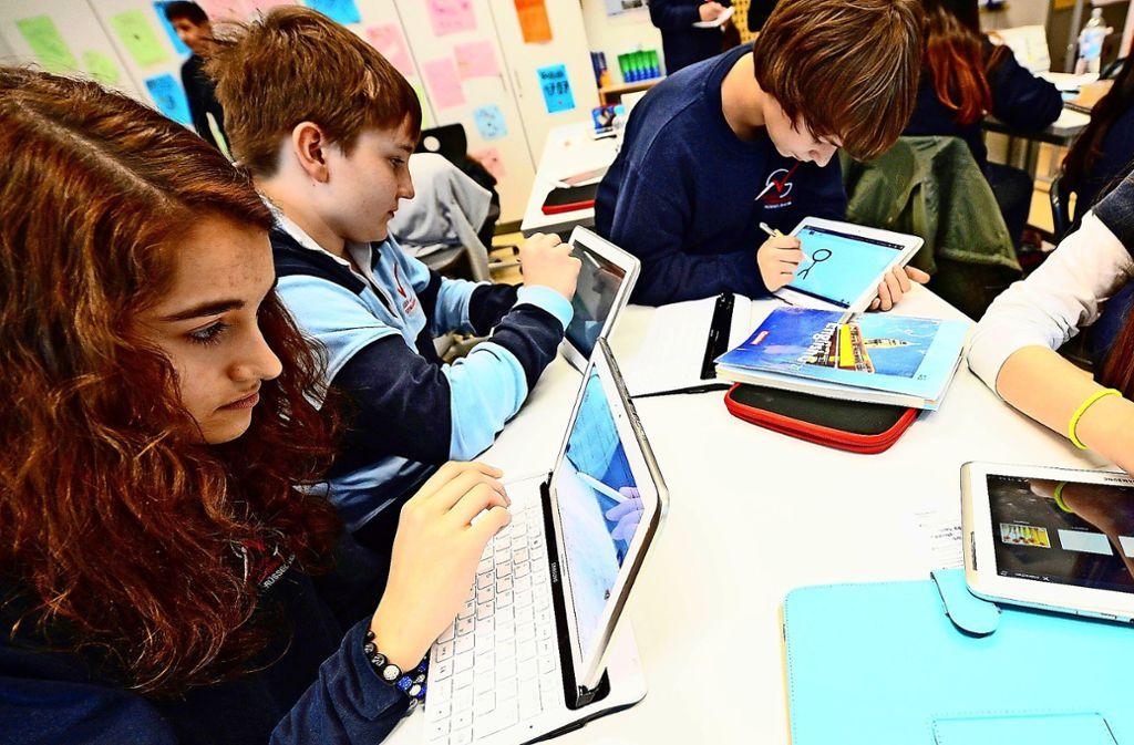 Das Tablet ist inzwischen in etlichen Schulen genutztes  Lernmittel. Im Bild Schüler aus dem hessischen Rüsselsheim. Foto: dpa