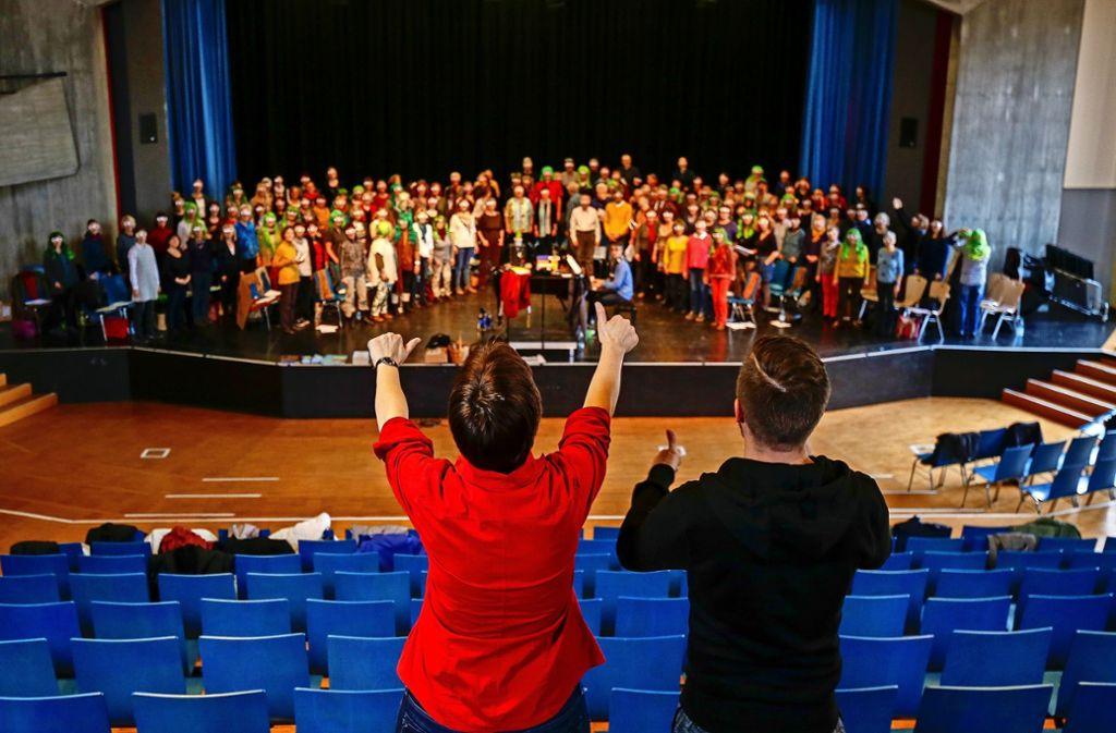 Daumen hoch: Angelika Rau-Culo und Axel Brauch sind  mit dem Chor zufrieden. Foto: factum/Granville