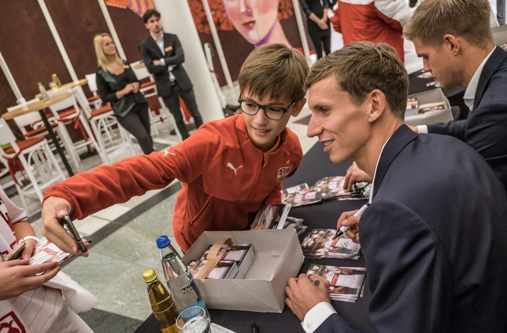 Dieser junge VfB-Fan freut sich über ein Selfie mit Florian Klein. Foto: Lichtgut/Max Kovalenko