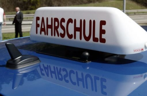 Bekifft hat sich ein Fahrschüler in Herrenberg ans Steuer gesetzt - der Fahrlehrer will nichts bemerkt haben. Seinen Führerschein kann der 20-Jährige jetzt erst einmal vergessen (Symbolbild). Foto: dpa