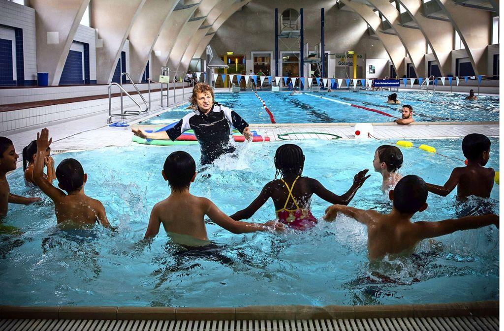Schon ab 1. Mai soll es im Hallenbad Heslach (Foto) und im Leo-Vetter-Bad in Stuttgart-Ost weniger Schwimmkurse geben. Foto: Lichtgut/Achim Zweygarth (Archiv)