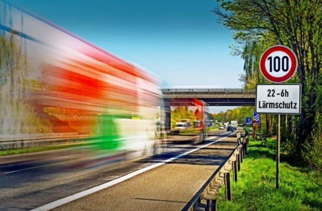 Ein Tempolimit ist der billigste Lärmschutz, Ein solches Reglement stößt bei Autofahrern nicht immer auf Verständnis. Foto: www.mauritius-images.com