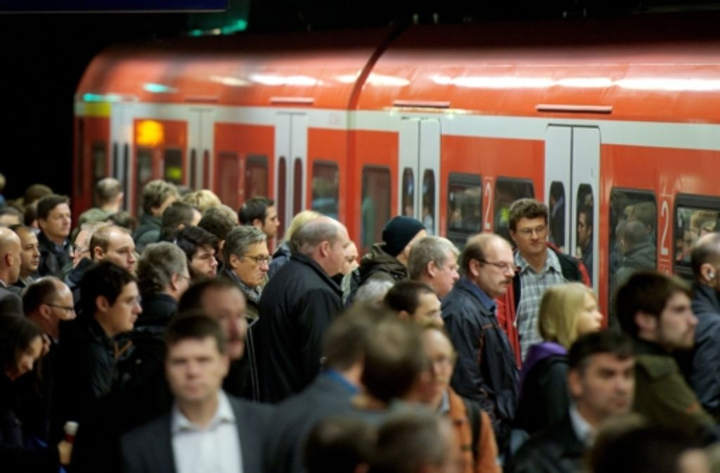 Wenn sie kam, war sie extrem voll: Der S-Bahn-Verkehr in Stuttgart ist nach einem Baggerunfall am Montag und einer anschließenden Signalstörung fast kollabiert.  Foto: dpa/Symbolbild