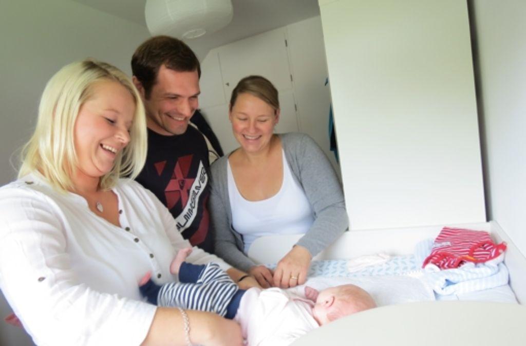 """""""Alles bestens"""" lautet das Fazit der Hebamme Sabrina Beck (links) beim Besuch bei Volker und Katharina Waltner und ihrer Tochter Charlotte. Foto: Barnerßoi"""